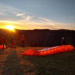 Das Bild zeigt das Titelbild des Berichts der Gleitschirmreise nach Bassano. Die Reise findet jedes Jahr im Frühjahr statt. Bassano ist das Gleitschirm Paradies europas. Das Bild wurde in Sonnenaufgang aufgenommen.